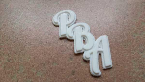 PBA Kask Etiketi Organik Plastikten Aksesuar Dekoratif Baş Harfle